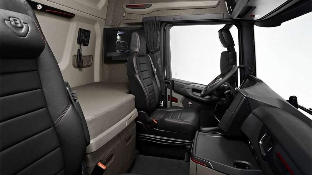 Спальное место и телевизор в грузовике